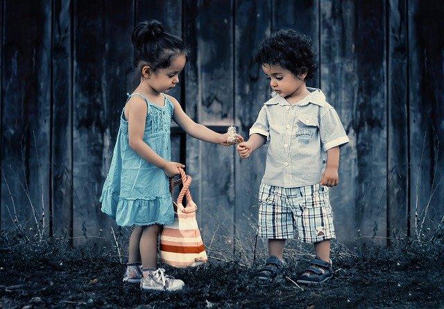3 Cara Mendidik Anak Agar Menjadi Individu Suka Menolong