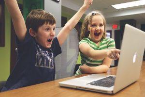 Bahaya Anak Makan Sambil Main Gadget Dan 4 Tips Jitu Mengatasinya